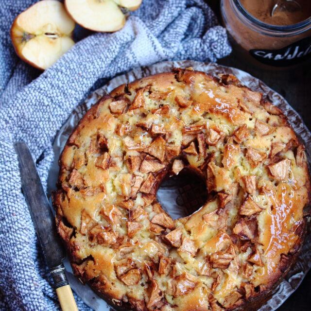 torta di mele senza burro nello stampo da chiffon Cake